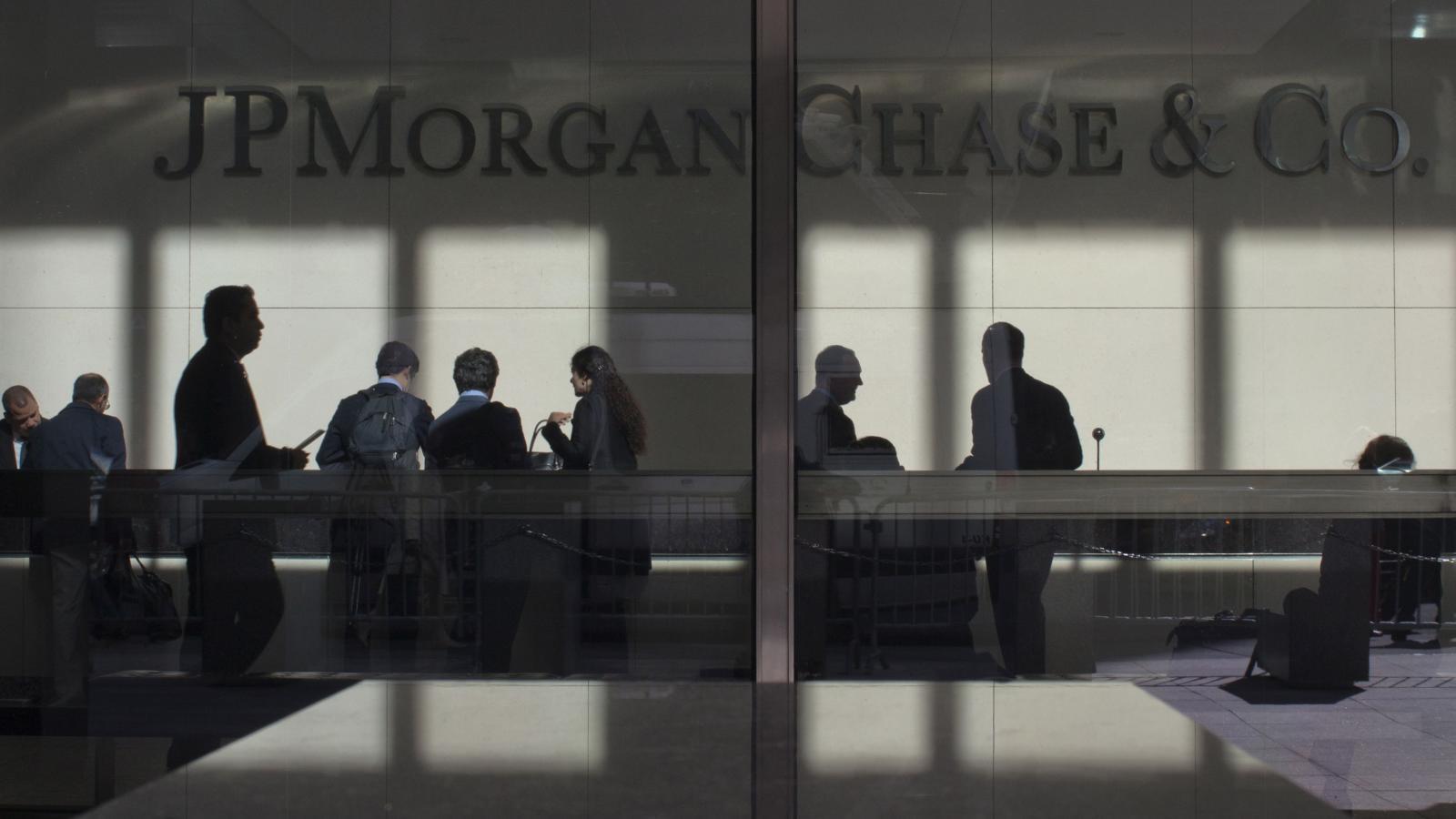 JPMorgan Chase крупнейший финансовый холдинг США, запустил собственную экспериментальную платежную систему на основе blockchain INN. На сегодняшний день к систему уже подключились более 75 банков, включая крупнейший банк Канады Royal Bank of Canada, один из крупнейших французских финансовых конгломератов в Европе Société Générale, бан Santander UK, входящий в крупнейшую финансово-кредитную группу Испании и четвёртый по величине банк Австралии Australia and New Zealand Banking Group (ANZ). Главной целью новой платежной системы является удешевление и ускорение проведения международных транзакций между финансовыми учреждениями, на фоне общей обеспокоенности традиционных финансовых институтов растущим количеством новых финтех-стартапов, которые предлагают более эффективные платежные решения.